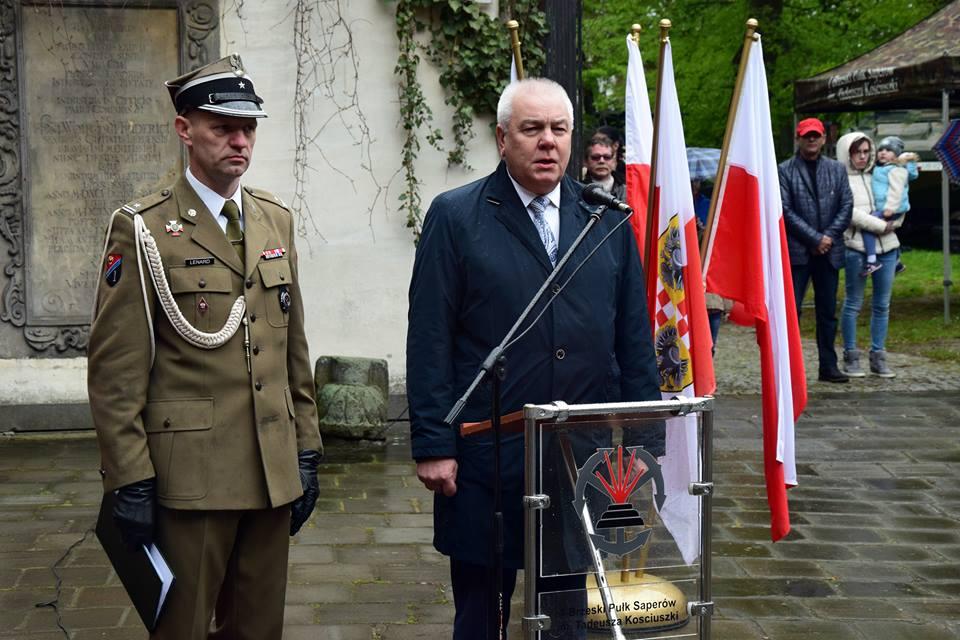Starosta Powiatu Brzeskiego Maciej Stefański przemawia podczas Święta Flagi
