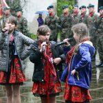Występ młodych artystek podczas Święta Flagi RP