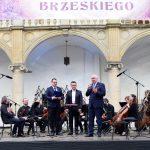 Starosta Maciej Stefański oraz orkiestra - artyści z instrumentami smyczkowymi