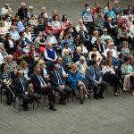 Publiczność zgromadzona na dziedzińcu Zamku Piastów Śląskich