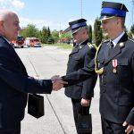 Starosta Maciej Stefański wręcza nagrody strażakom za wzrorową służbę.