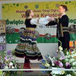 Tancerze w ludowych strojach