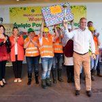 Reprezentacja gminy Lewin Brzeski świętująca wygrnanie konkursu na najlepszą gminę powiatu brzeskiego