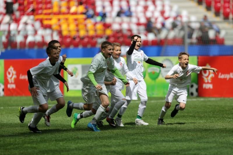 Młodzi piłkarze cieszący się po zdobyciu gola.
