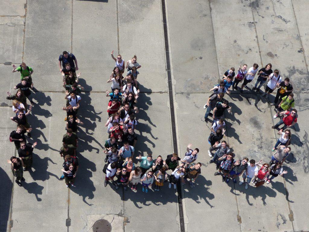 Zdjęcie z lotu ptaka - uczniowie tworzący napis II LO