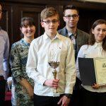 Nagrodzeni uczniowie wraz z nauczycieami