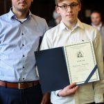 Nagrodzony uczeń wraz z nauczycielem