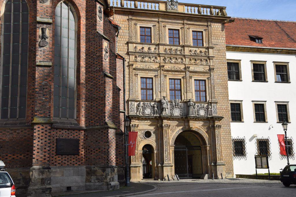 Brama wjazdowa Zamku Piastów Śląskich w Brzegu i Kaplica św. Jadwigi