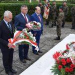 Delegacja (Wicemarszałek Województwa Opolskiego i Wicestarosta Powiatu Brzeskiego) składa kwiaty pod pomnikiem poległych