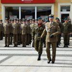 Żołnierze podczas uroczystości na pl. Polonii Amerykańskiej w Brzegu