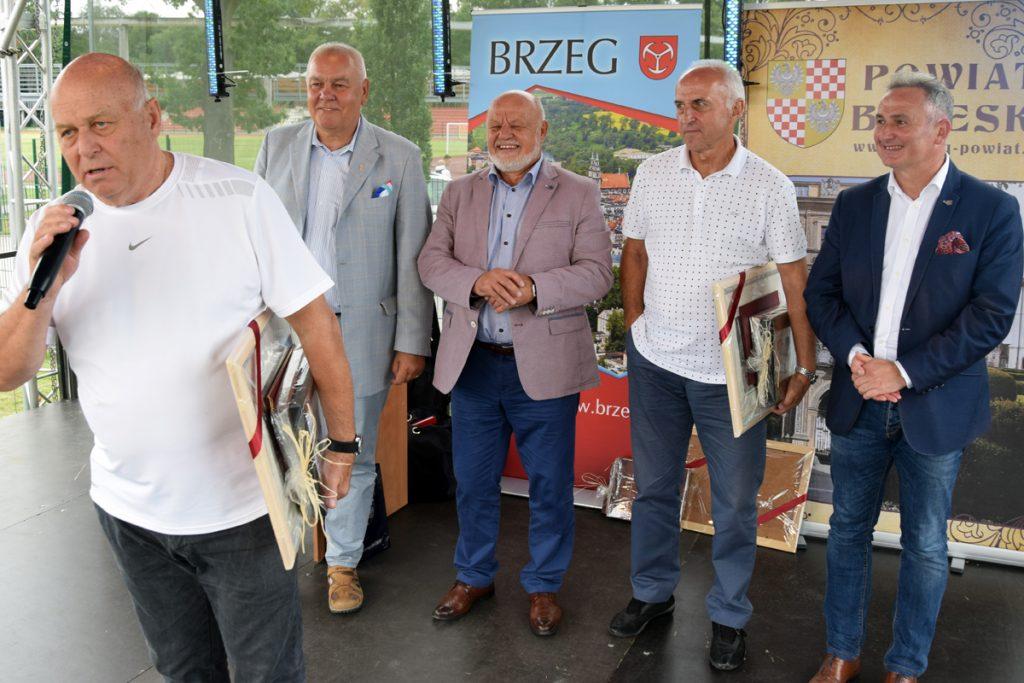 Grzegorz Lato, starosta Maciej Stefański, Józef Kurzeja, Jan Domarski i burmistrz Jerzy Wrębiak podczas otwarcia imprezy