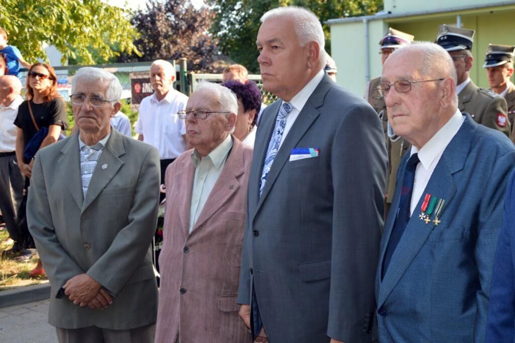 Starosta Maciej Stefański wraz z kombatantami podczas Dnia Weterana
