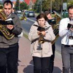 Muzycy prowadzący uczestników uroczystości do świetlicy wiejskiej