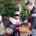 Najmłodsi uczestnicy Powiatowego Kolędowania otrzymują słodkie upominki