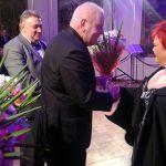 Starosta Maciej Stefański i Dyrektor Dariusz Byczkowski wręczają kwiaty artystkom