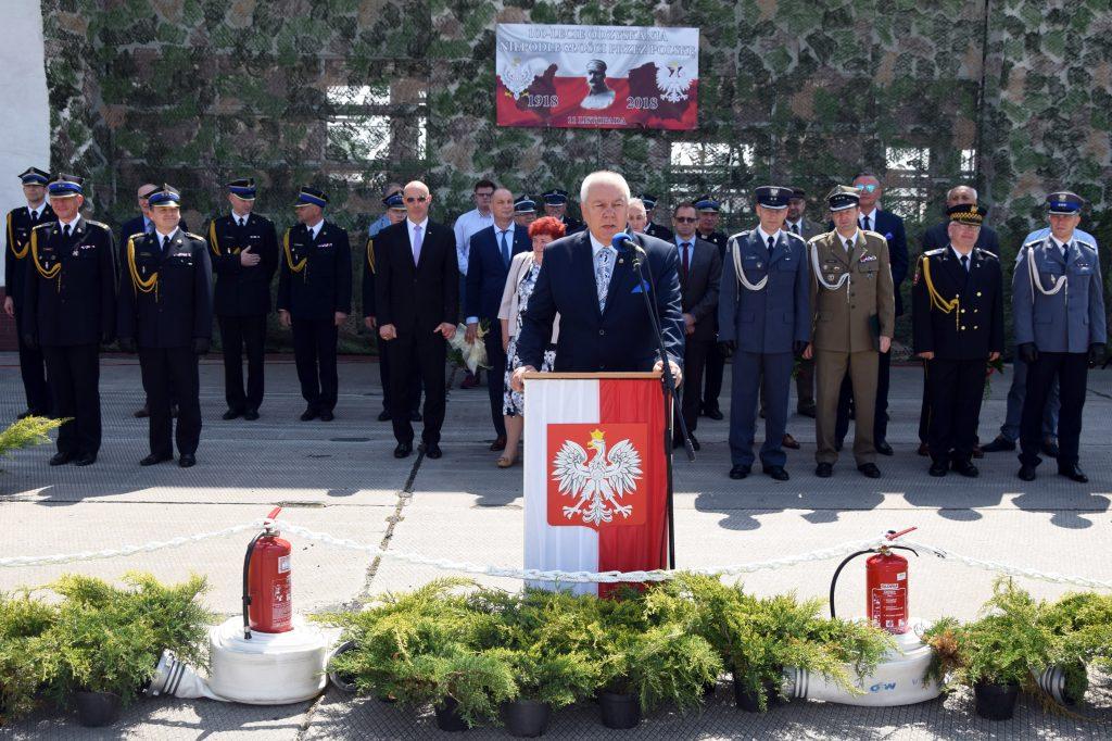 Starosta Maciej Stefański przemawia podczas uroczystości z okazji Dnia Strażaka