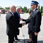 Starosta Maciej Stefański i Wojeowda Opolski Adrian Czubak wręczają nagrody za wzorową służbę brzeskim strażakom