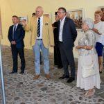 Uczestnicy uroczystości oglądają fotografie poświęcone wizycie Prezydenta RP Lecha Kaczyńskiego w powiecie brzeskim