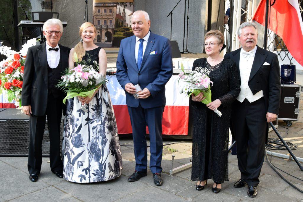 Starosta Powiatu Brzeskiego Maciej Stefański z artystami: (od lewej) Kazimierzem Kowalskim, Małgorzatą Kulińską, Ewą Szpakowską i Andrzejem Niemierowiczem