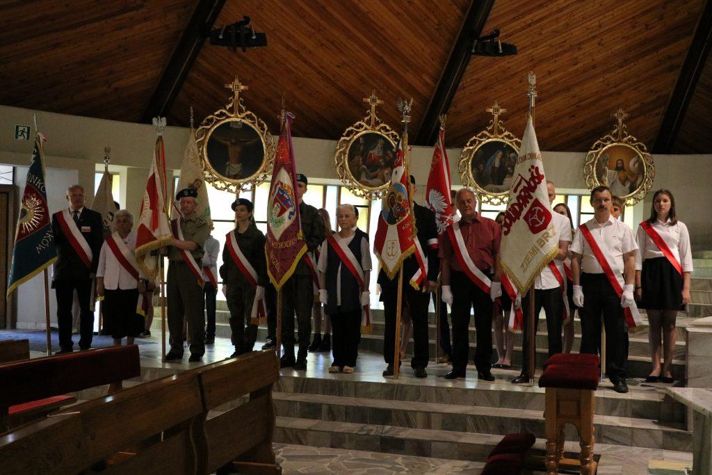 Poczty sztandarowe na mszy z okazji rocznicy zakończenia wojny